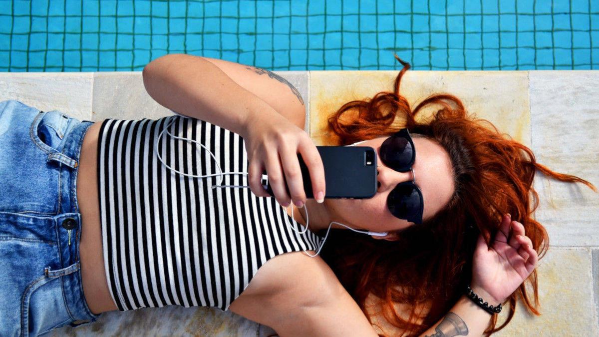 Frau am Pool